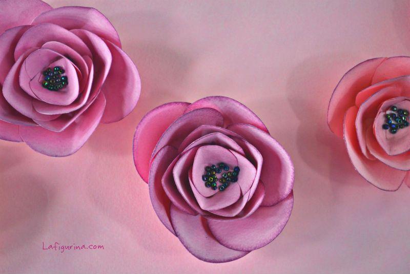 http://www.lafigurina.com/2014/03/tutorial-come-realizzare-fiori-di-carta/