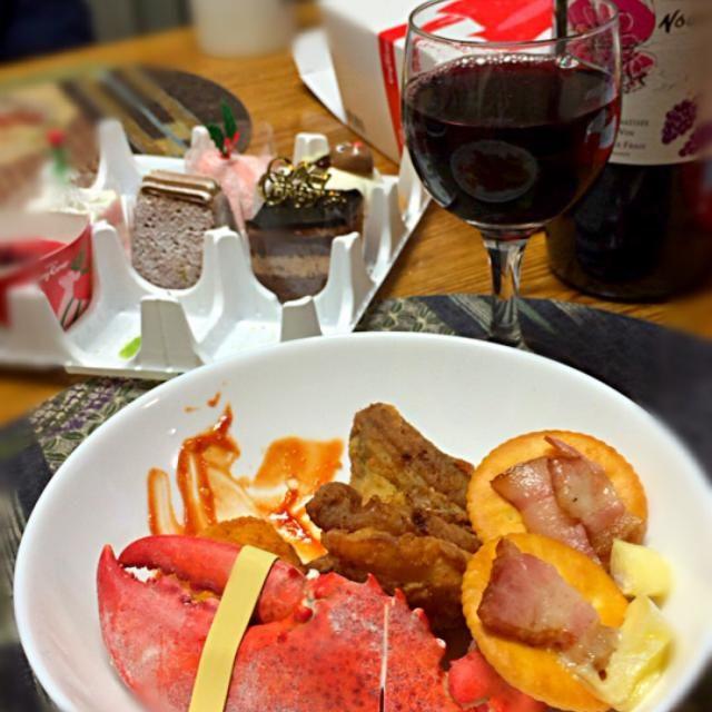 横浜でたくさん美味しいものを食べて帰ったら…  クリスマスディナー用意されてました(笑)  ケンタッキーは聞いてたけど… なぜかロブスター❗️(笑)  父が食べたいと母にせがんで買ってもらったようで、ロブスター食べたことないから食べたいと言ったようです(^^;; 家族全員口揃えて、食べたこと絶対ある!って言うけど、本人が食べたいんだから仕方ない(笑)  ケーキもたくさん✨ クリスマスは美味しいものに囲まれてほんと幸せ〜*\(^o^)/* - 21件のもぐもぐ - 曽根家のクリスマスワンプレート✨ by Manami  Sone