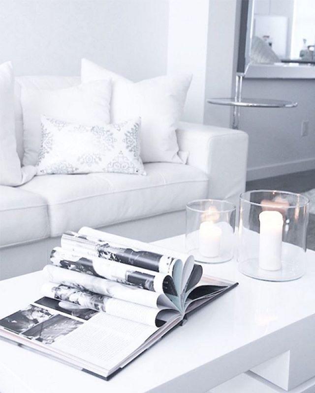 Tämän upean olohuoneen sisustuksessa on pakkaspäivän kaltaista lumoa! Mikäli sääennusteeseen on uskominen, saamme kaikki nauttia yhtä talvisen valkeista tunnelmista taas loppuviikosta... ❄️ #Repost: #inspiroivakoti by @honeyvillah #sisustus #styleroom_fi #white #livingroom