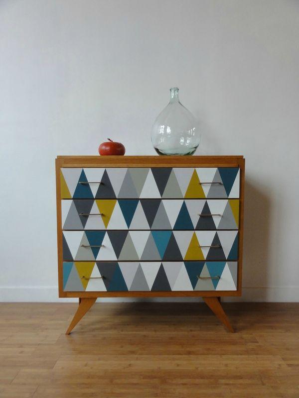 meuble vintage avec losanges dans les tons moutarde et. Black Bedroom Furniture Sets. Home Design Ideas