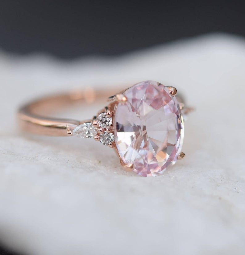 Anillo de compromiso de zafiro Blush. Zafiro claro melocotón rosa de 3,4 quilates de diamante oval anillo 14k oro rosa. Anillo de compromiso Campari de Eidelprecious