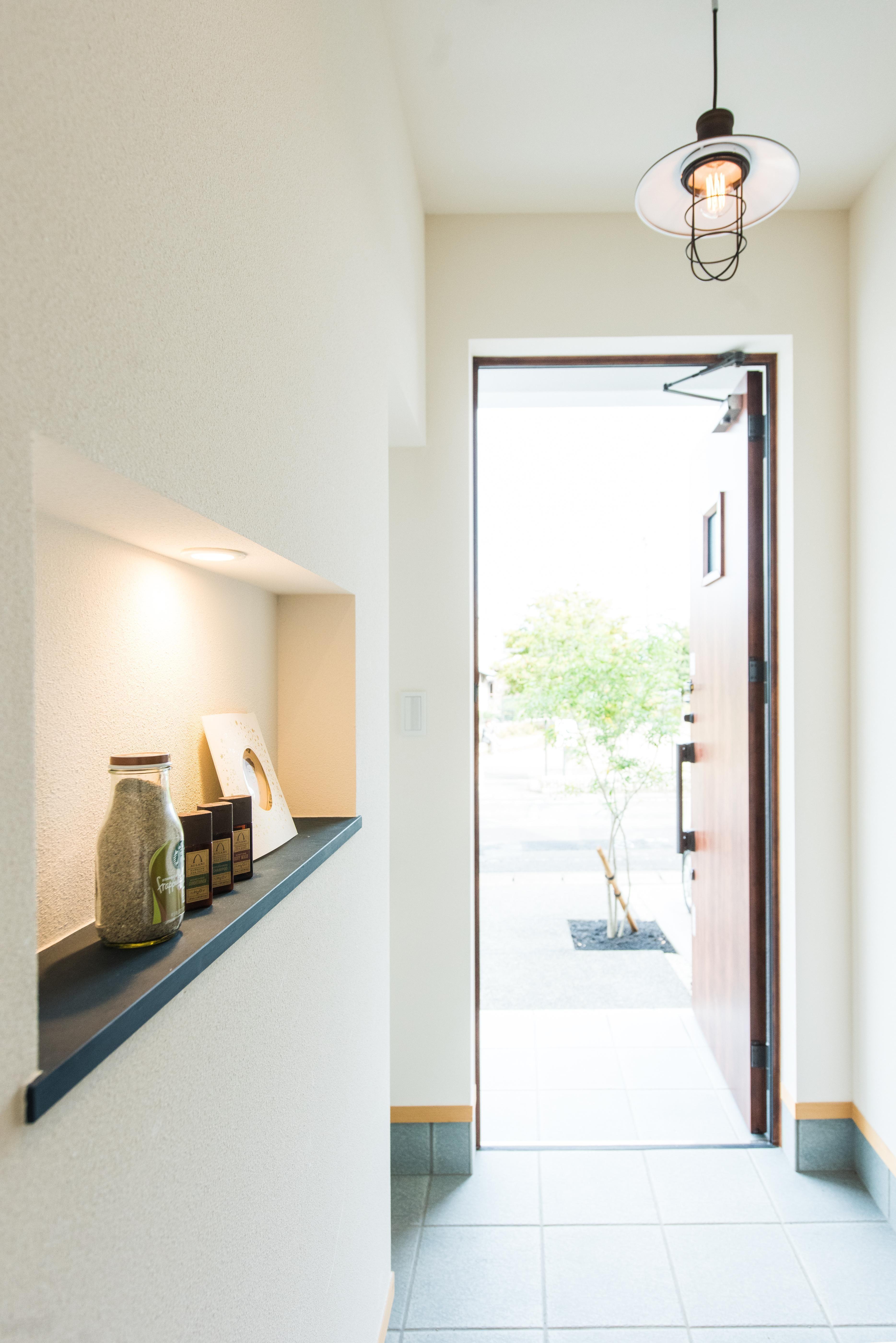 玄関のニッチスペース リビング吹き抜けの家 玄関事例 Suvaco スバコ 家 玄関 ニッチ