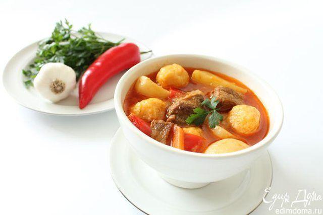#Рецепт: Суп-гуляш с сырными клецками  Ингредиенты: мясо говядина — 700 г, лук репчатый — 2 шт., морковь — 1 шт., паприка красная (свежая) — 2 шт., картофель молодой — 500 г, томаты — 4 шт., паста томатная — 1 столовая ложка, паприка молотая — 2 чайные ложки, чеснок — 3 зубчика, тмин, кориандр молотый, соль, сахар, лавровый лист — по вкусу, масло растительное. Для клецек: сыр твердый — 100 г, яйцо — 1 шт., масло сливочное — 20 г, мука — 2 столовые ложки. #едимдома #готовимдома #кулинария…