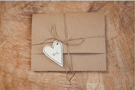 Una Alternativa Alla Solita Busta Per Le Vostre Partecipazioni Di Nozze Queste Buste Originali Possono Essere Place Card Holders Wedding Invitations Initials