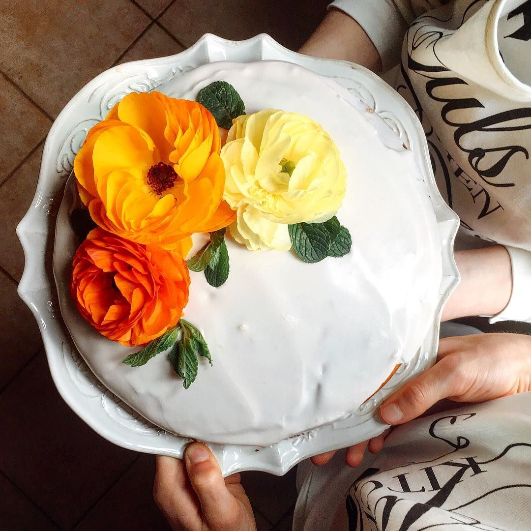 I love doing cooking classes with children, especially when we forage the garden for fresh herbs and edible flowers. Today we made a pound cake with ricotta and quince gelatine (a delicious gift of my friends at @agriturismo_il_rigo), we iced the cake and we decorated it with flowers. #Tuscancookingclasses #Tuscan #Cooking #Classes #handson