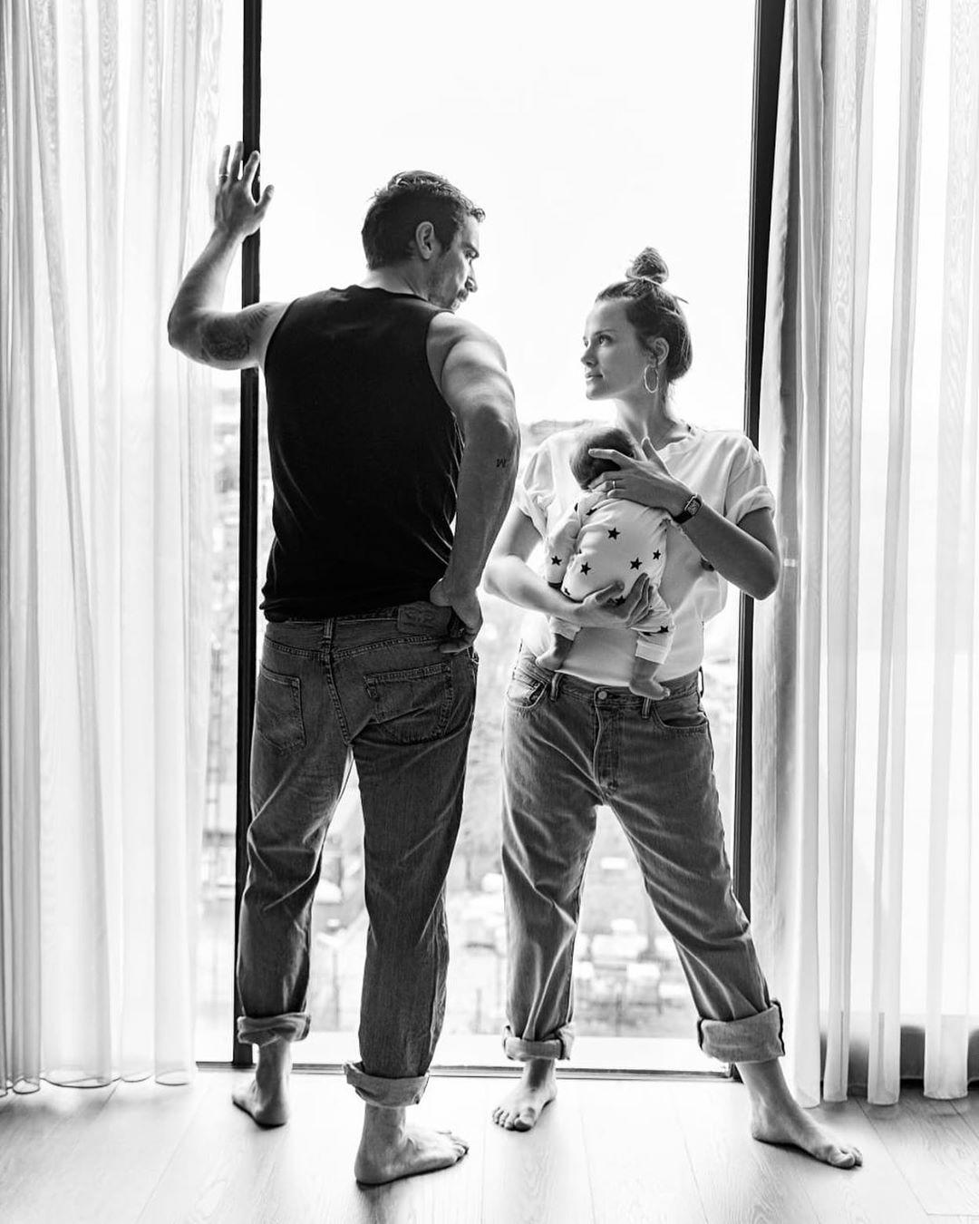 Karizmatik Oyuncu İbrahim çelikkol Ve Eşi Mihre Mutlu Nun Gözlerden Kalpler çıkartan Evliliğine Baktık Onedio Com The Handsome Family Turkish Actors Photo