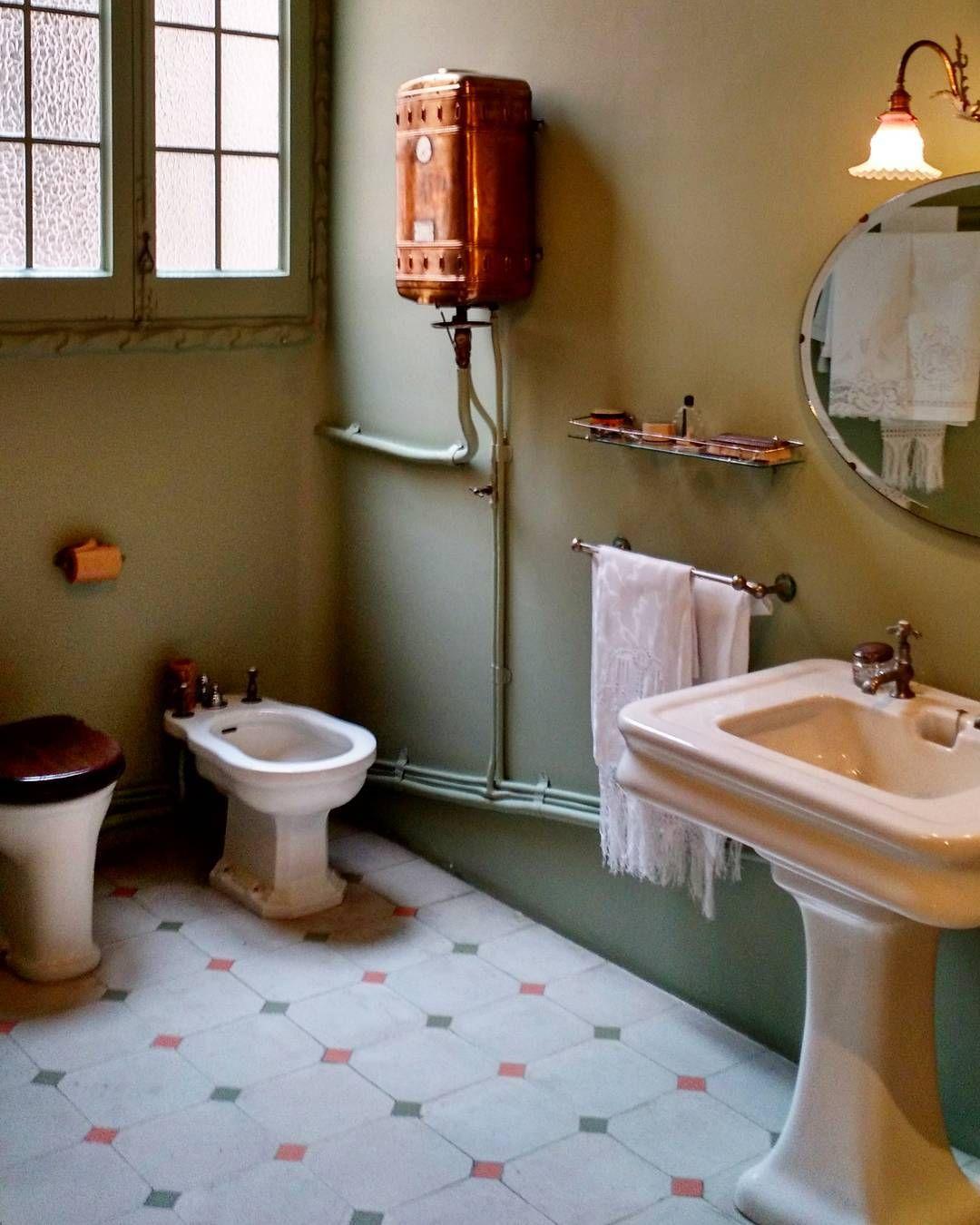 Kevättalvella (joksi helmikuu toki lasketaan) alkaa matkakuume nousemaan. Jokaisella ulkomaanreissulla ajaudumme nuuskimaan paikallisia restaurointiin liittyviä erikoisuuksia. Heikkoutena mainittakoon hyvin restauroidut tai jopa alkuperäiset kylpyhuoneet ja keittiöt. Syke nousee ja kamera laulaa. Tässä hykerryttävä kuparinen lämminvesivaraaja 1900-luvun alusta AntoniGaudín Casa Milàsta. #kylppärigoals #muttabideetäenymmärrä #gaudi #artnouveaudotclub