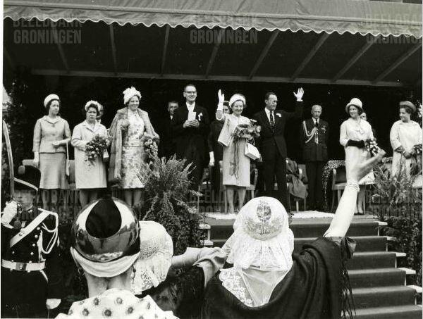 groningers in klederdracht bij het bezoek van de koninklijke familie
