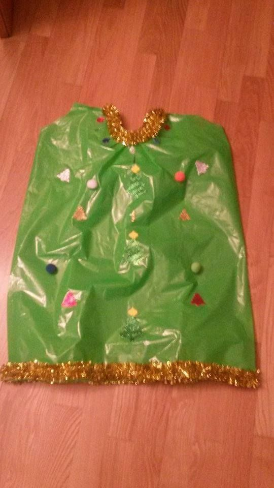 Disfraz de arbol de navidad con bolsas de basura