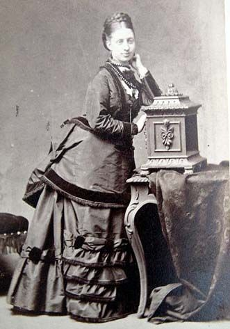 VICTORIAN lady wearing strands of jet beads