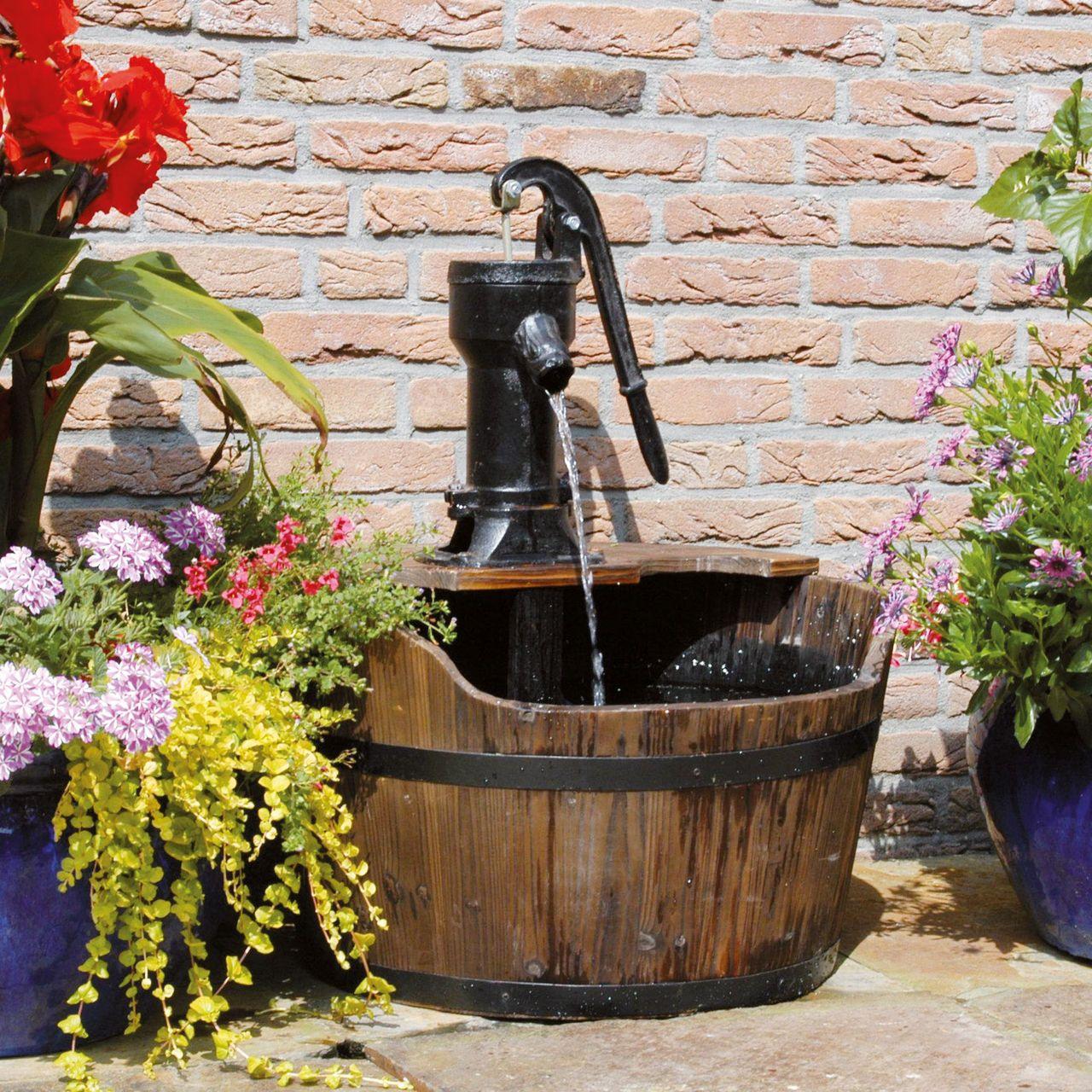 Wasserspiel im Barrique Holzfass | Alte wasserpumpen