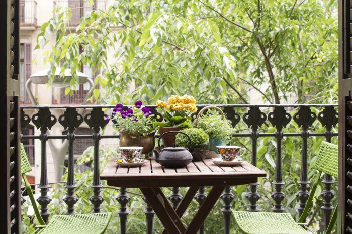 Balkon Gestalten Balkonmöbel Balkonpflanzen Kleiner Holztisch ... Balkon Gestalten Balkonmobel Balkonpflanzen