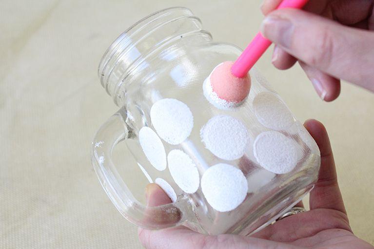 Ideas para Navidad - Taza decorada en 3 simples pasos - Paso 1  Empieza por pintar en una decoración de nieve en su taza.