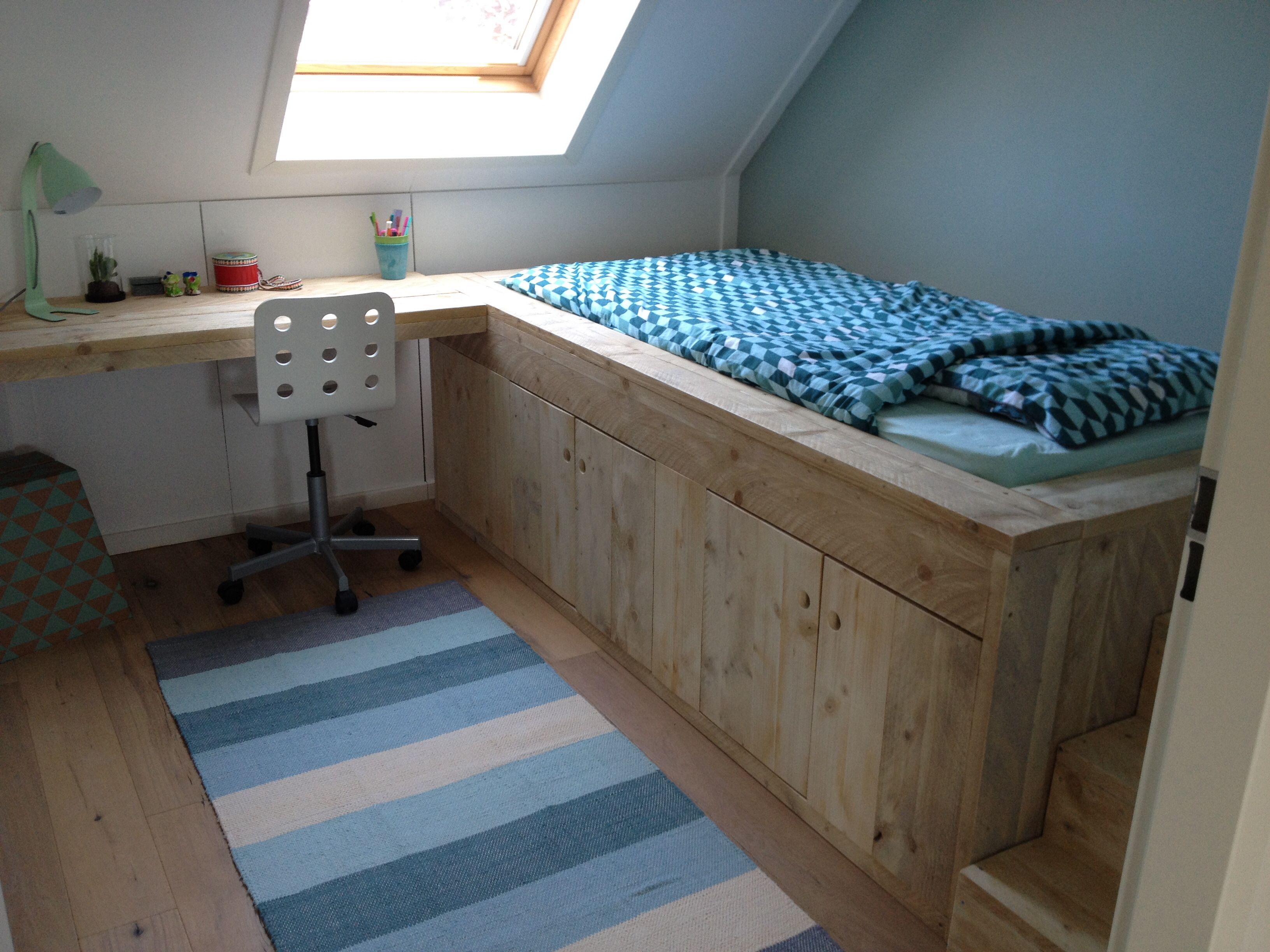 Boys bedroom Bed van steigerhout met tafel en