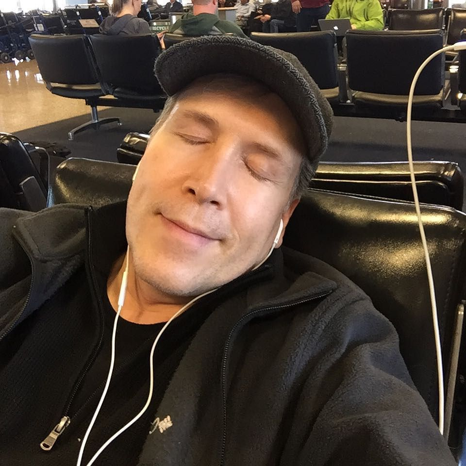 Sometimes you get sleepy at the airport. airport sleepy