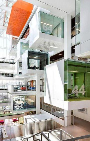 Wow! Very cool office design. Salas de reuniões suspensas com números e cores diferentes... demais!