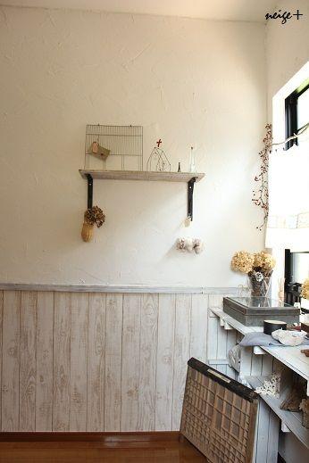 廊下の壁に板壁風の壁紙を貼って腰壁を作り 漆喰塗りすることで 憧れ