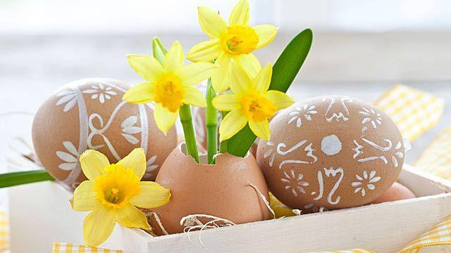 Osterdeko selber machen: Eine Eier-Vase lässt sich leicht selbst basteln. (Quelle: imago/CHROMORANGE)