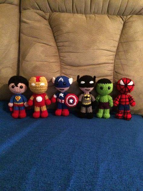 bonecos de crochê super heróis.