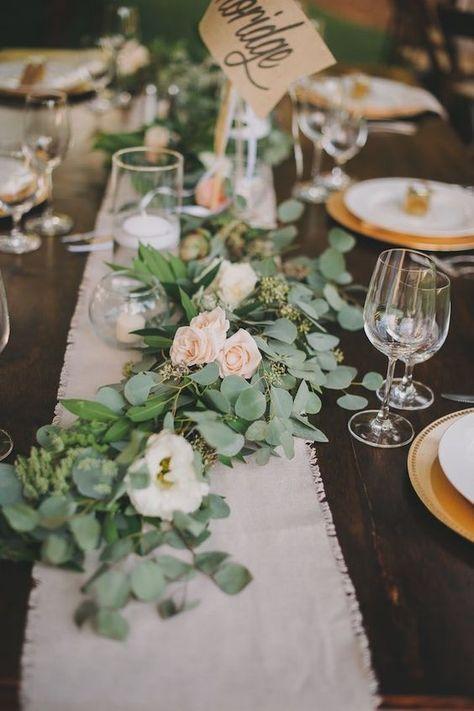 Centre De Table Avec Des Branches D Eucalyptus Centre De Table Mariage Decoration Table Mariage Champetre Table Mariage Champetre