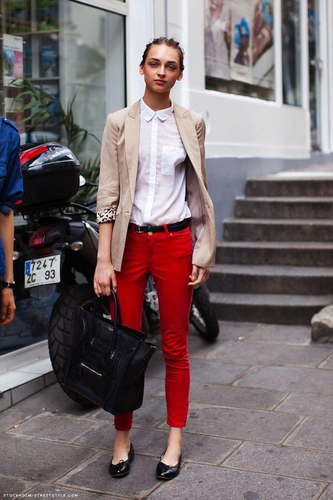 On porte sa chemise blanche avec une veste beige et un pantalon de couleur ici rouge mais toutes - Comment porter un pantalon beige ...