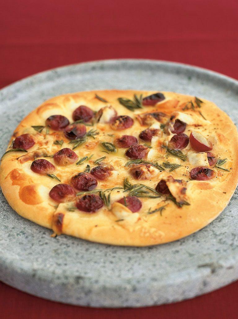 Red grape pizza with honey, rosemary and pecorino | Recipe ...