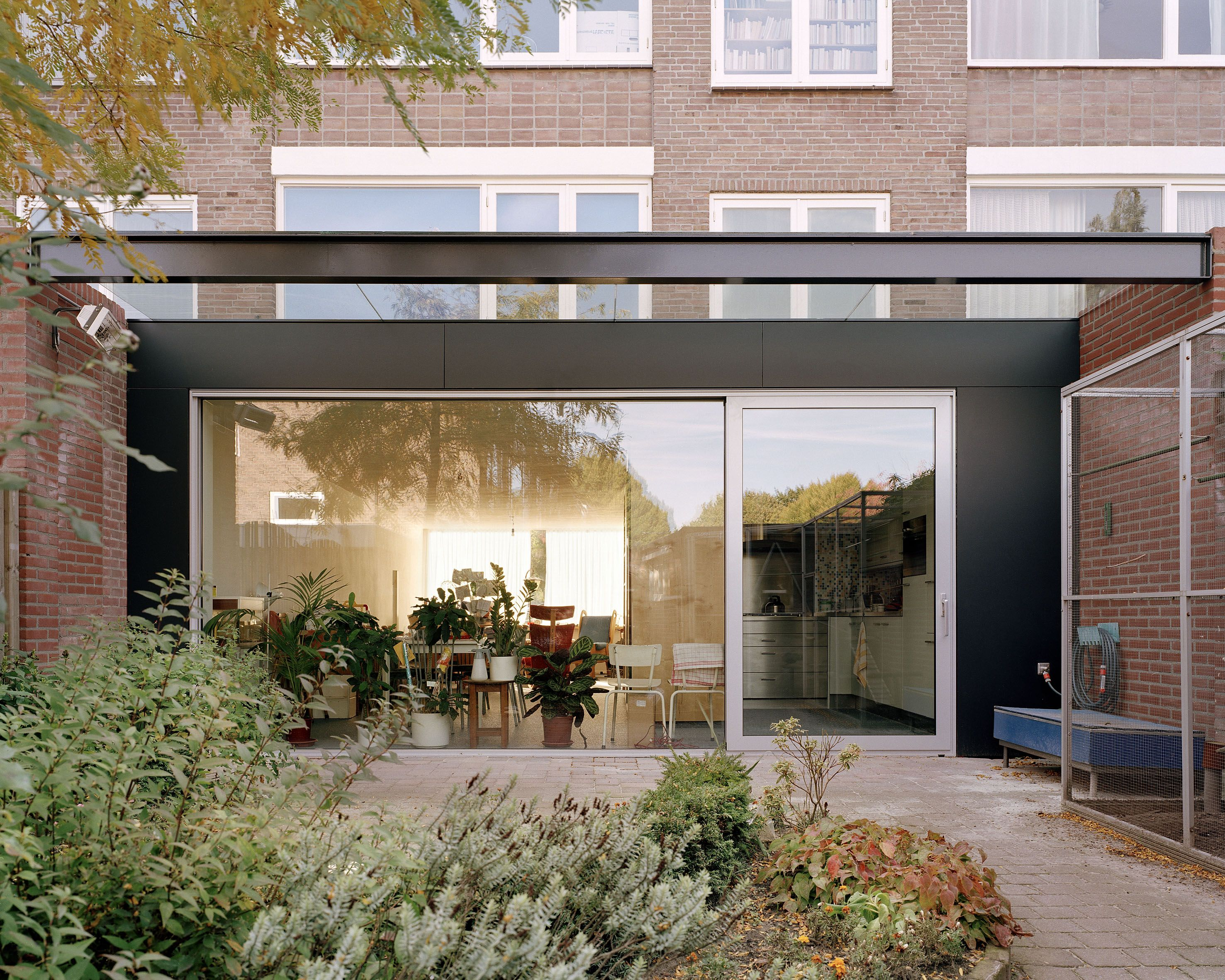 De opdrachtgevers wilden meer licht in hun jaren 60 woning en tevens een herinrichting van - Moderne entreehal ...