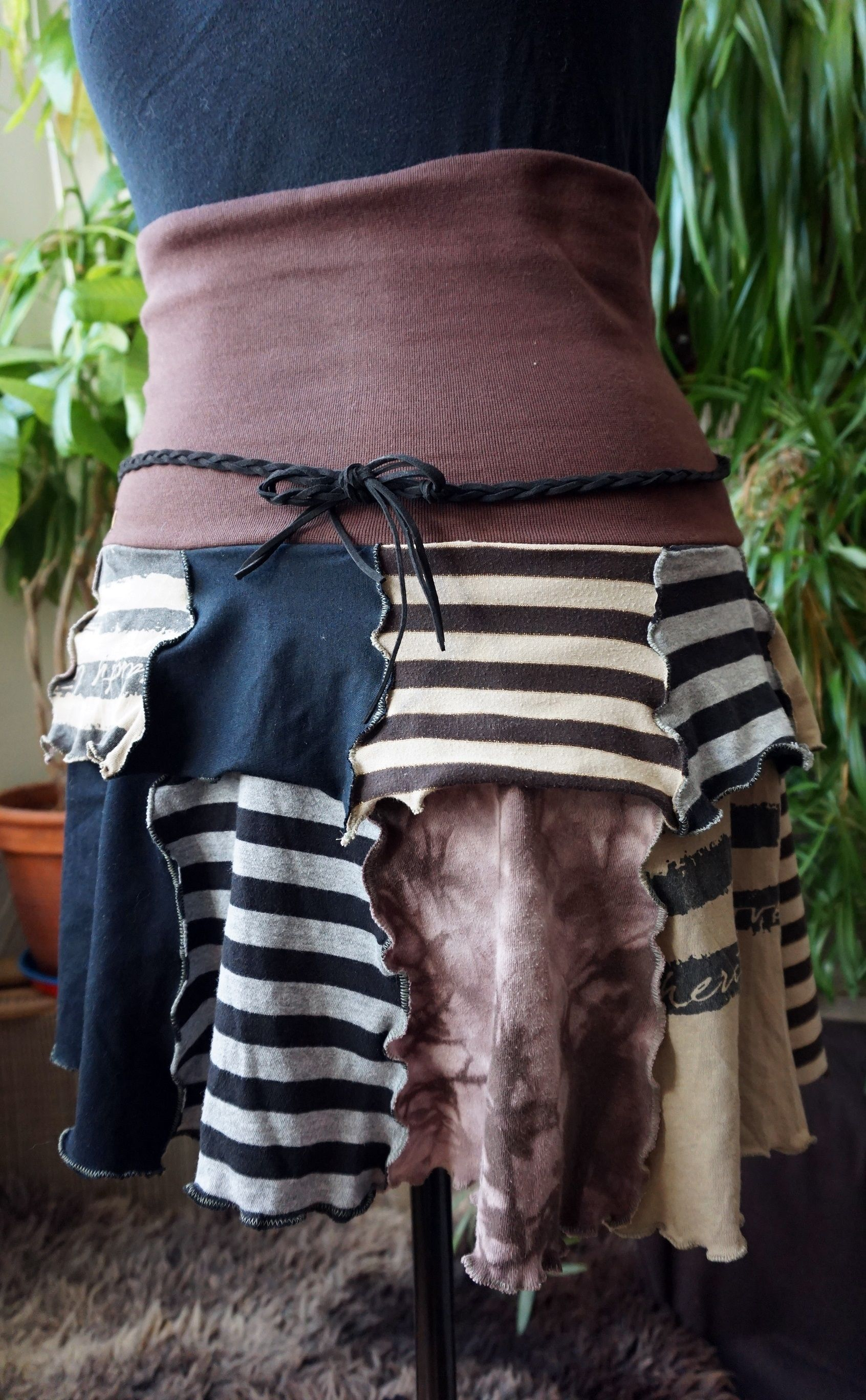 Alte Tshirts reinkarnieren zu einem frechen, schwingenden Patchworkrock.