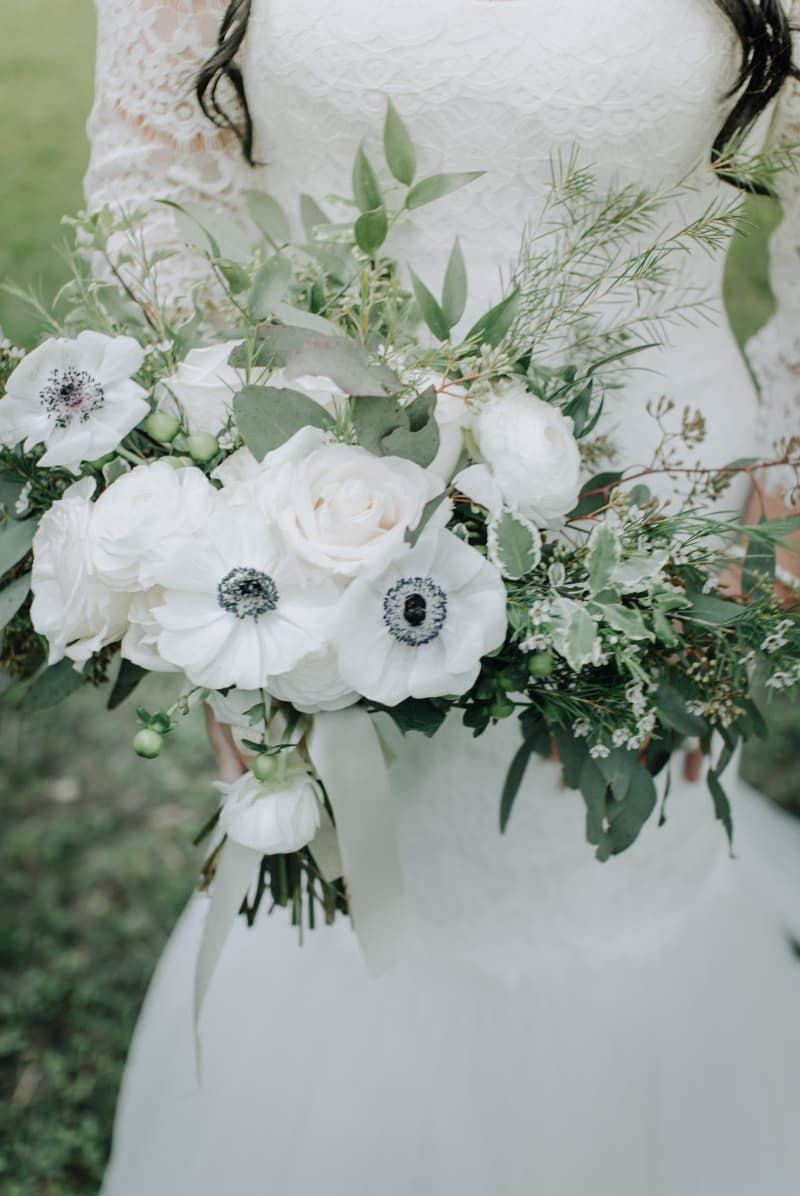 17 jaw dropping winter wedding bouquets white anemone winter 17 jaw dropping winter wedding bouquets izmirmasajfo