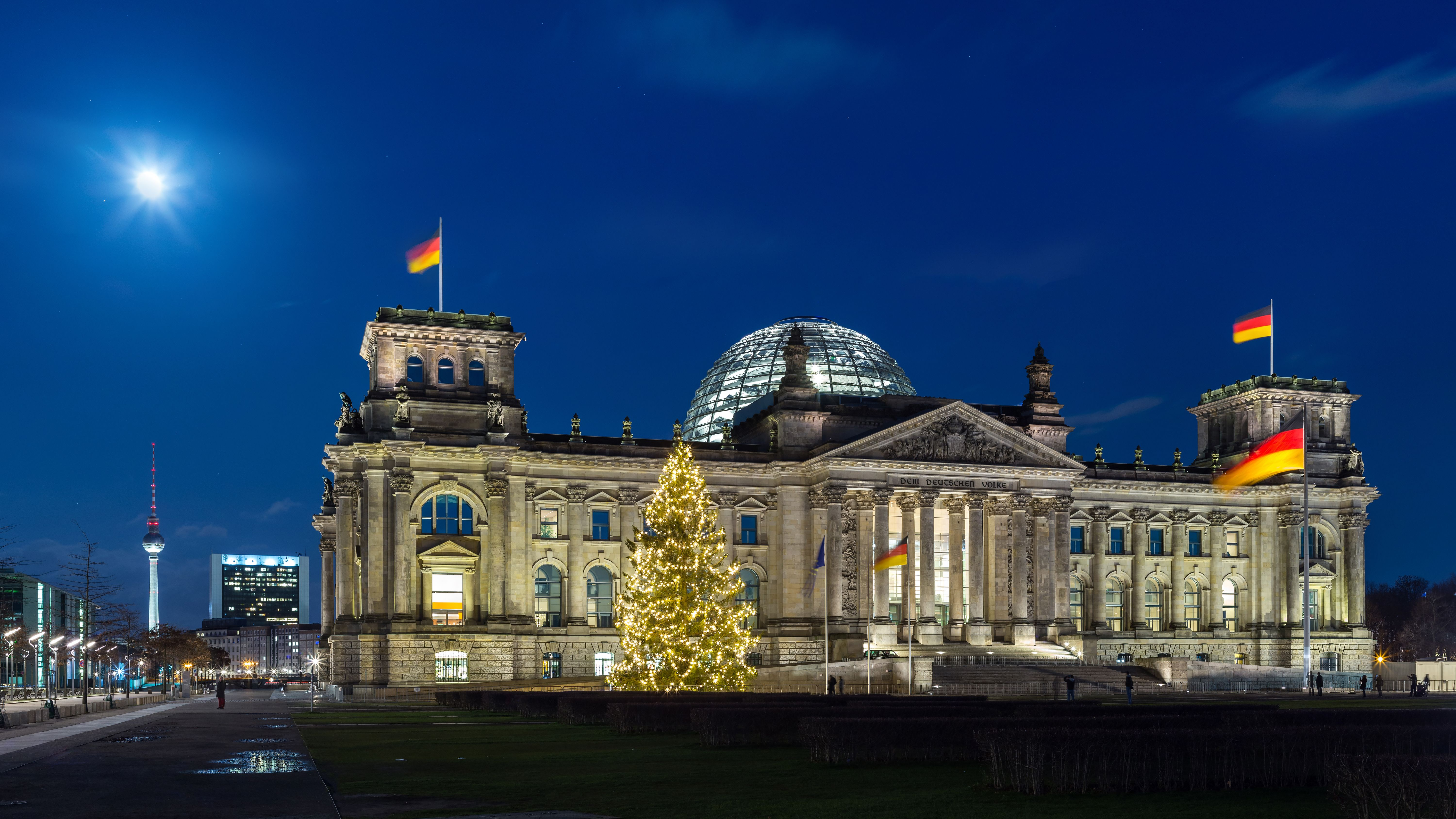 The Reichstag Building In Berlin At Night With A Christmas Tree In Front Of It At The Left Of The Reichstag The International Trade Centre Friedrichstr Tasarim