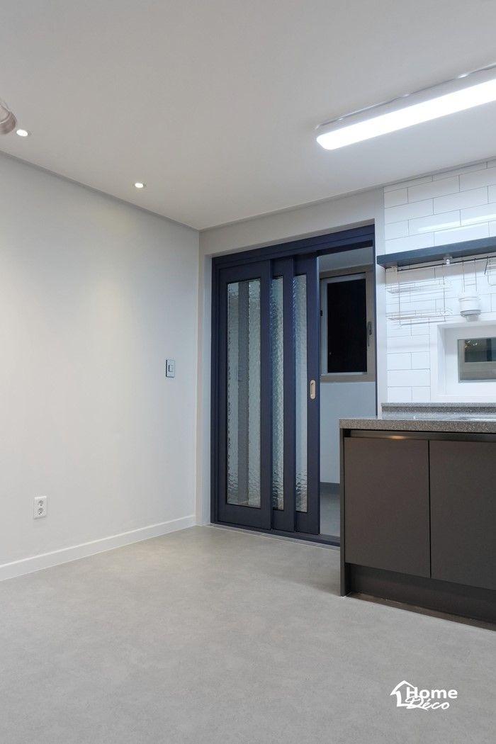 주방 베란다에 3연동 중문이 설치된 30평 아파트 주방리모델링 홈데코인테리어 인테리어 아파트 거실
