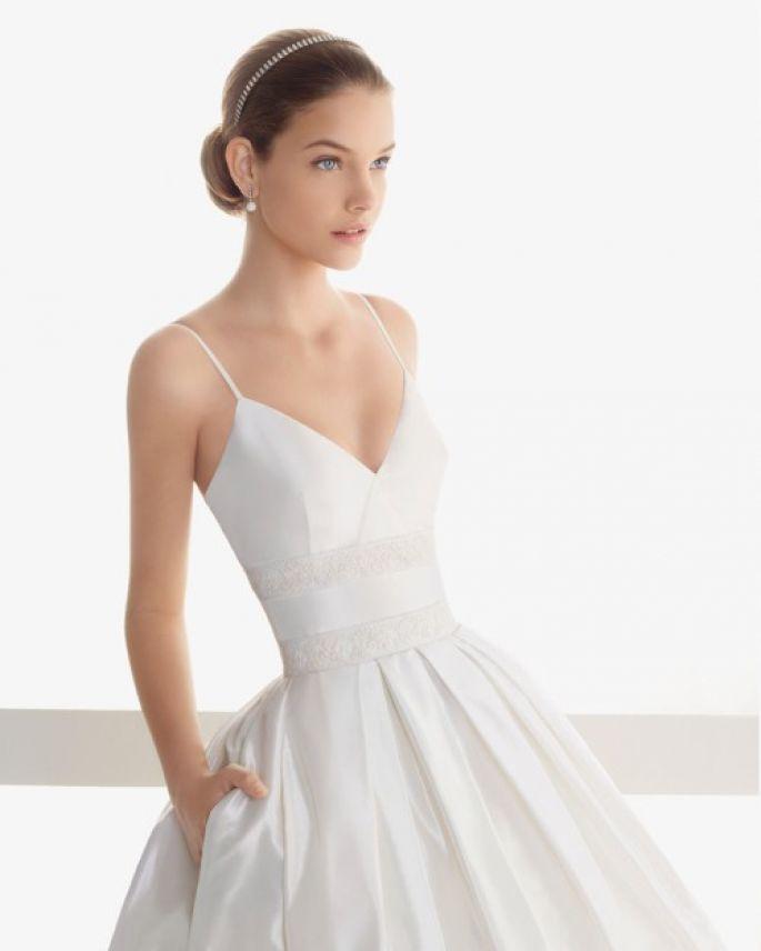 vestido de novia con bolsas, escote pronunciado y tirantes delgados