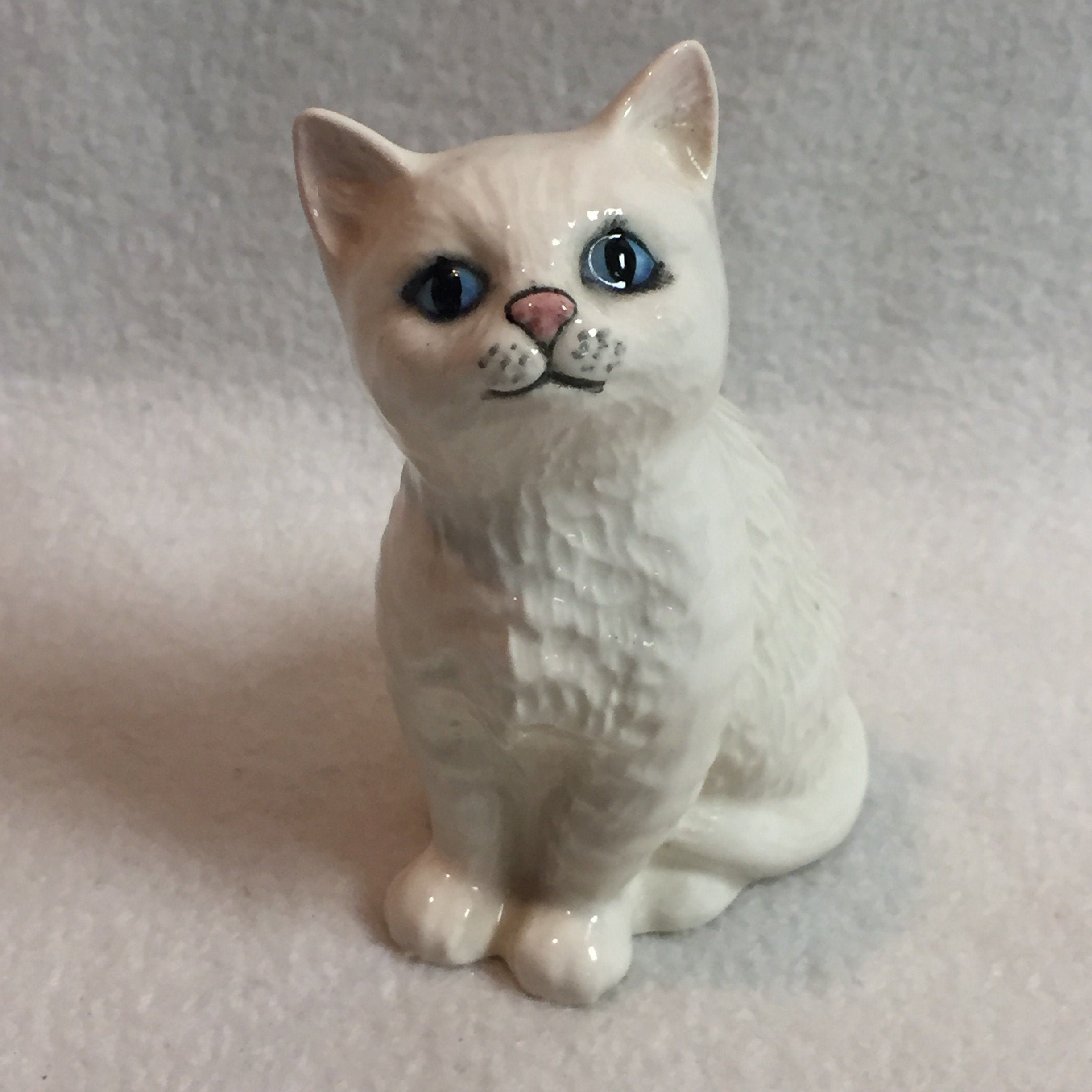 Royal Doulton White Sitting Kitty with Blue Eyes (BCD135