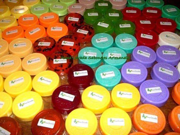 Sabonetes Artesanais coloridos e muito charmosos!!  Mesmo no formato tradicional fazem a diferença!!  Escolha o seu aroma!! São esfoliantes por possuirem sementes de frutas desidratadas. Renovam e hidratam a sua pele!!     Cuide de seus sabonetes artesanais:  As mudanças climáticas e a temperatura do ambiente podem alterar o aspecto do produto; Os sabonetes glicerinados são sensíveis a calor e luz solar; Mantenha-os em local fresco. R$ 3,85