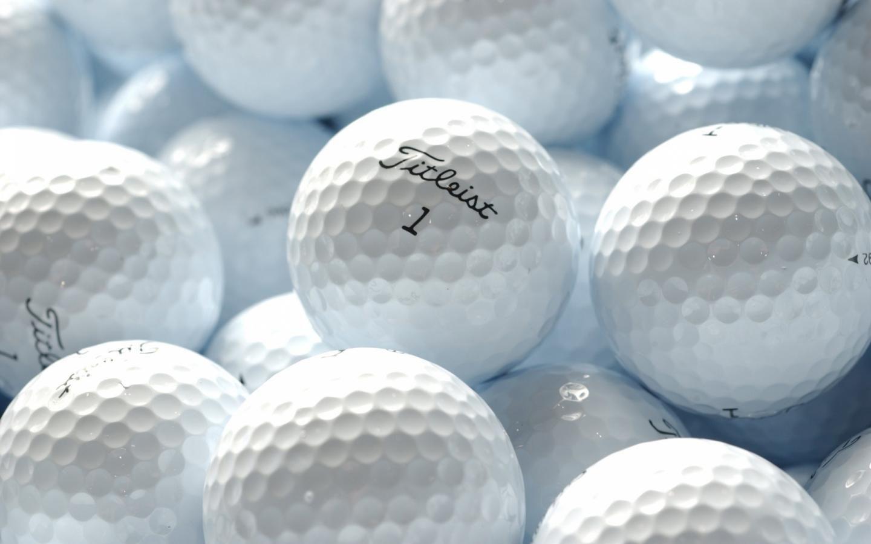 Me divierto mucho con las pelotas de golf de papi.