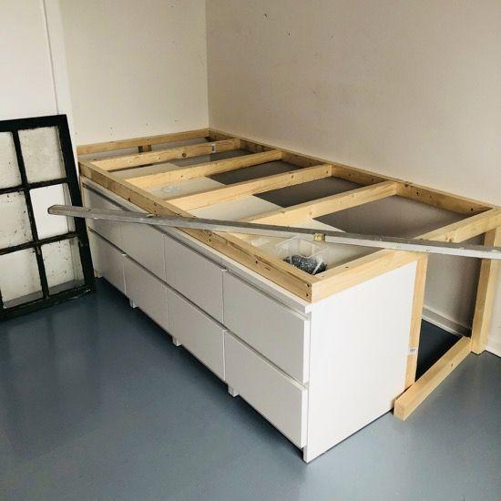 Halbhohes Bett Mit Stauraum Von Villebro Casaspequenas Sdog In 2020 Bett Kinderzimmer Kallax Bett Halbhohes Bett Mit Stauraum
