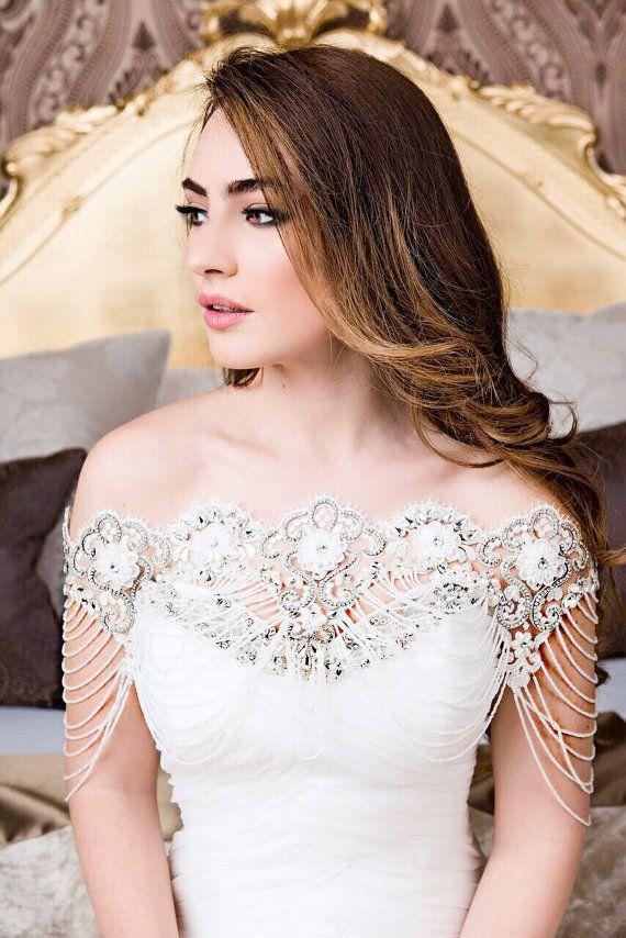 Crystal Boleros sind die neuen Hochzeit Accessoire zu Ihrem Brautkleid einzigartig machen. Unsere Broadway-Bolero ist super schön. Es ist mit Spitze und Kristalle und klaren Perlen aus der Spitze drapiert. Es misst ca. 36 Zoll insgesamt dh 18 Zoll über der Frontseite. Es kommt in