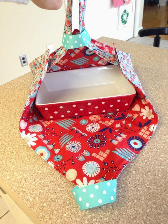 Beginners Can Sew this Super Simple Casserole or Pie Dish Carrier #sewingprojects