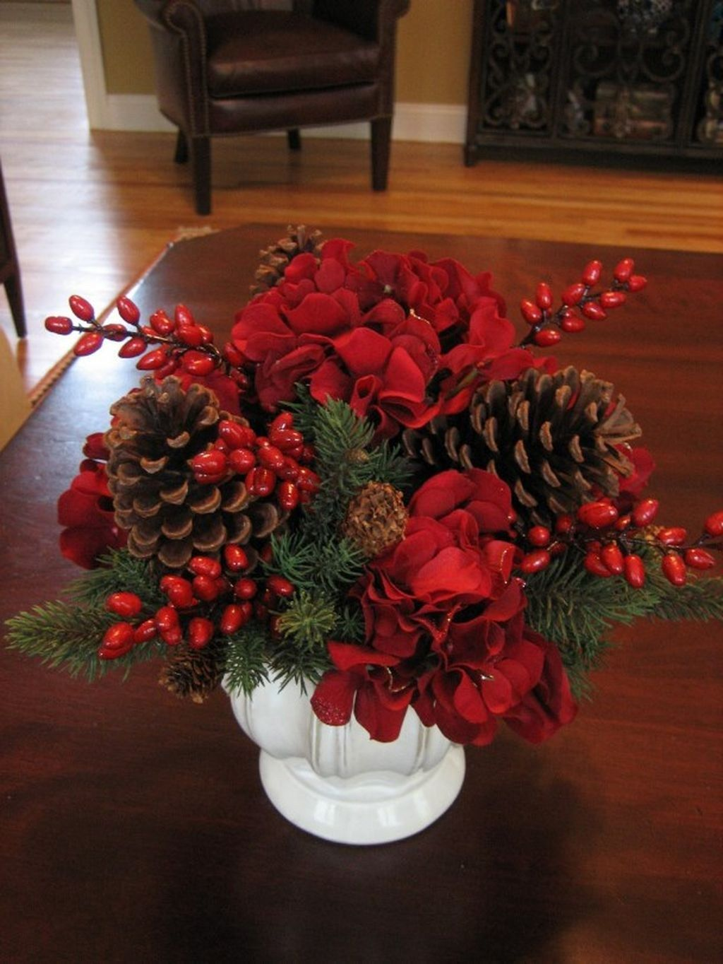 Easy And Simple Christmas Table Centerpieces Ideas For Your Dining Room 09 Christmas Flower Arrangements Christmas Flower Decorations Christmas Centers
