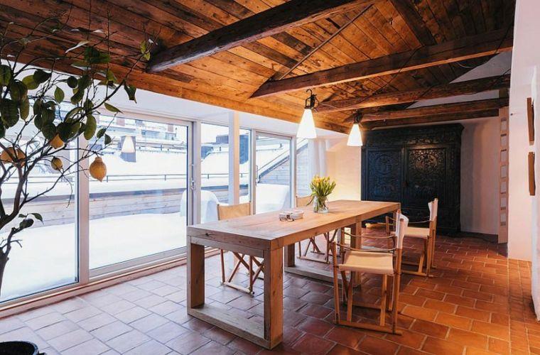 Illuminazione tetto in legno con lampade a sospensione e cavi
