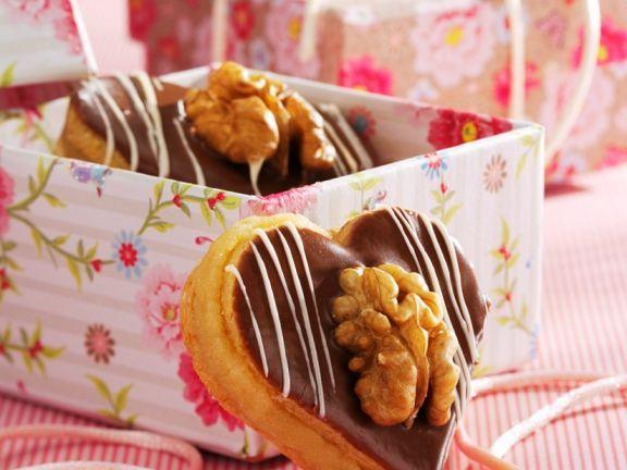 Marzipan-Nuss-Herzen ist ein Rezept mit frischen Zutaten aus der Kategorie Plätzchen. Probieren Sie dieses und weitere Rezepte von EAT SMARTER!