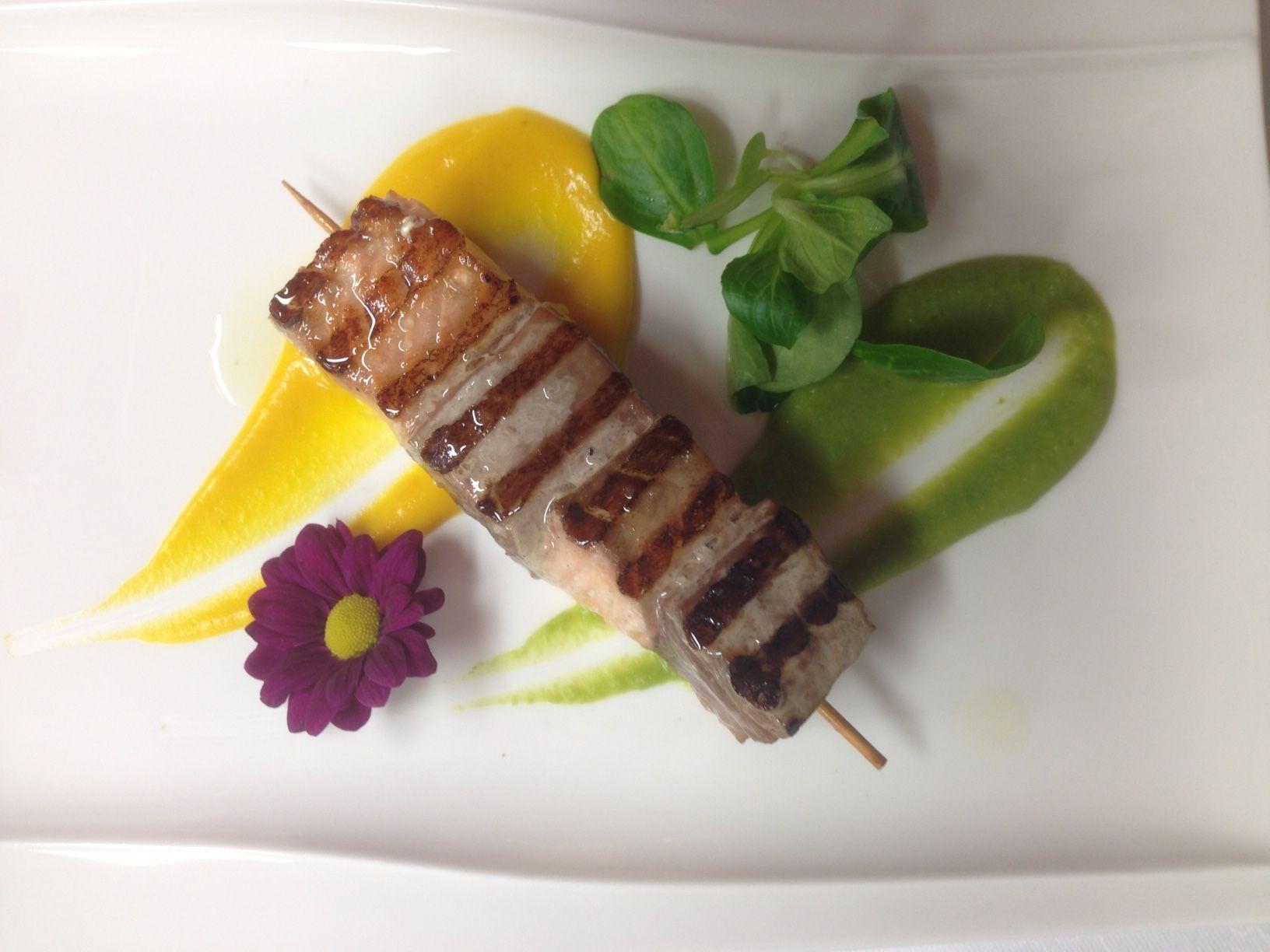 #MenudiNatale : Spiedino di tonno e salmone su passatina di zucca e piselli  al #RistoranteLaVeranda di #Moltrasio www.hotel-posta.it