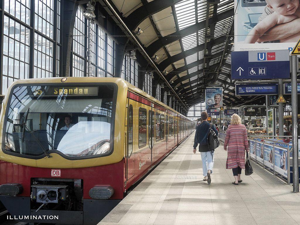 Berliner S-Bahn am Bahnhof Friedrichstrasse Juni 2015