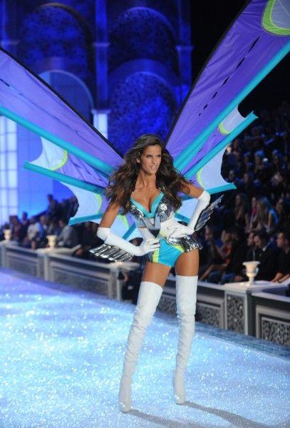 Unterwäsche: Die Dame mit der abgeknickten Hüfte präsentiert hingegen ein Modell für Paragliding-begeisterte Geschlechtsgenossinnen.