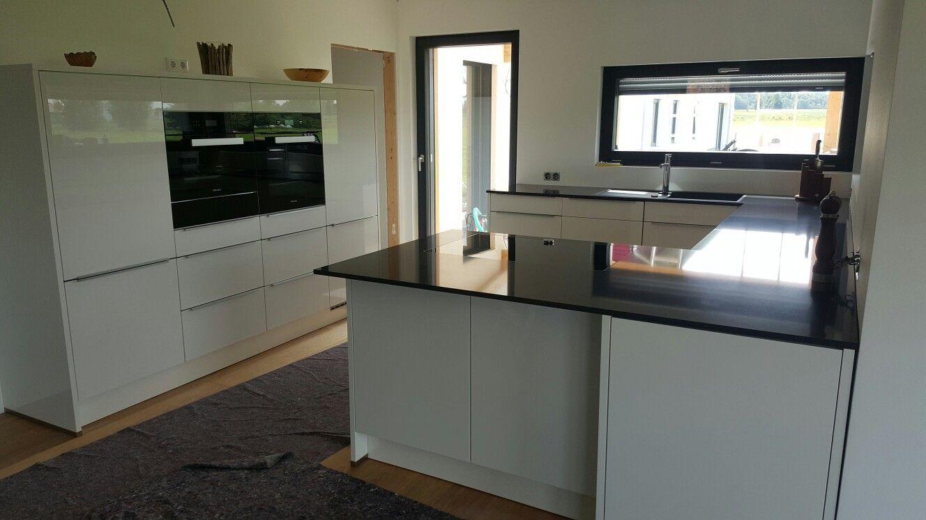 Weisse Küche, Ultra-Hochglanz, Koch Insel, Quarzit-Arbeitsplatte ...