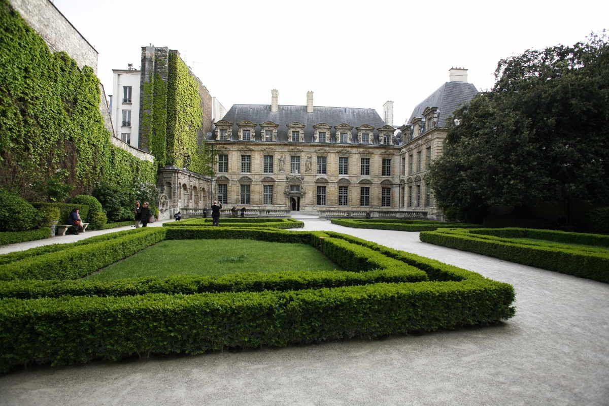 Jardin De L Hotel De Sully With Images Historical Architecture Vosges Paris