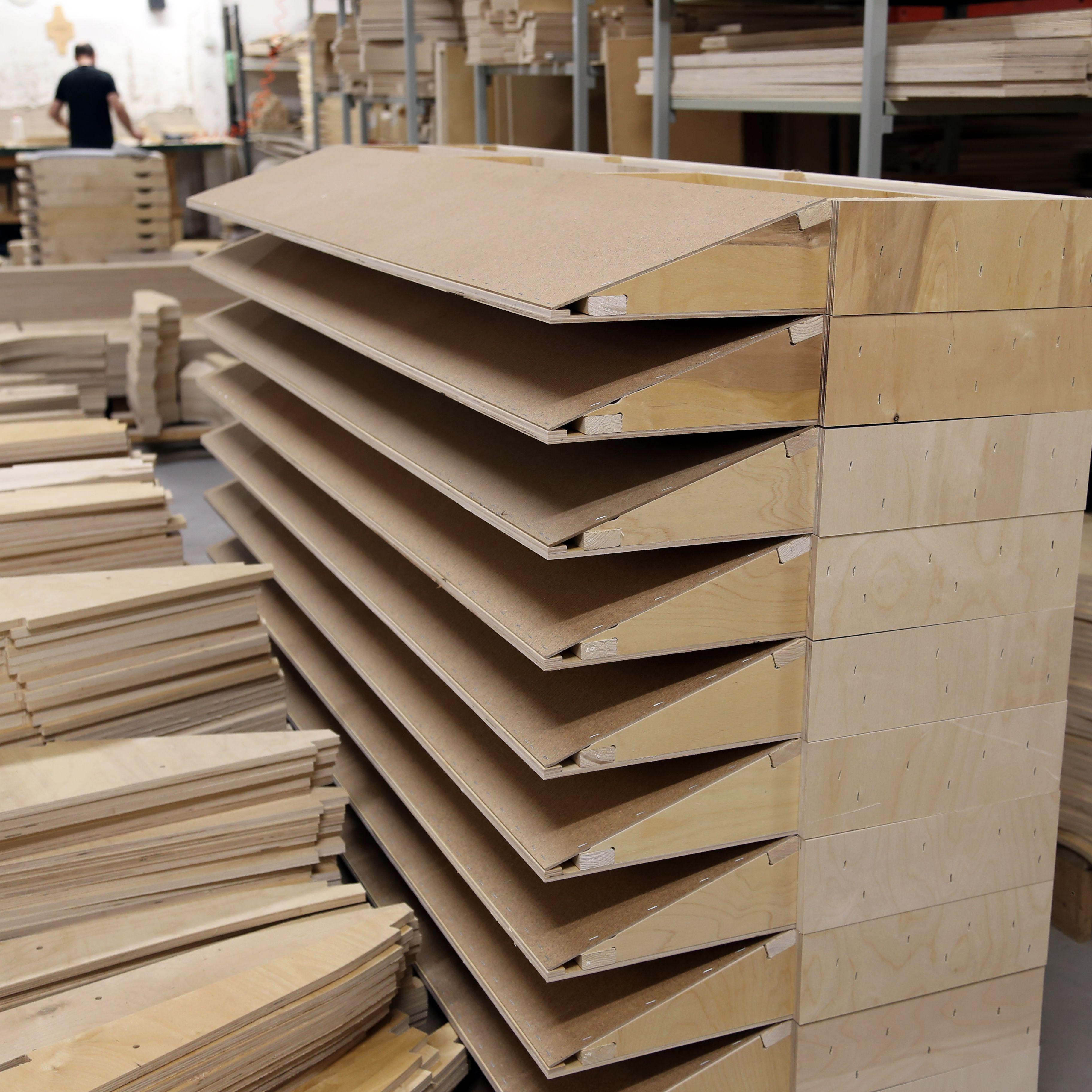 TEHDÄÄN HYVIN | HANDMADE QUALITY Työvaihe: Selkänojarungon valmistus | Craft: Framework production Tuotantolinja: Sohvat| Production line: Sofas  #pohjanmaan #pohjanmaankaluste #käsintehty