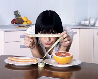 Prea multe diete ! Exista la ora asta in lume peste 10.000 de diete diferite dintre care mai mult de jumatate pentru slabit, una mai promitatoare ca cealalta. Unele sunt asemenatoare in timp ce altele sunt diametral opuse chiar daca sunt adresate aceluiasi scop. Asadar exista o probabilitate foarte