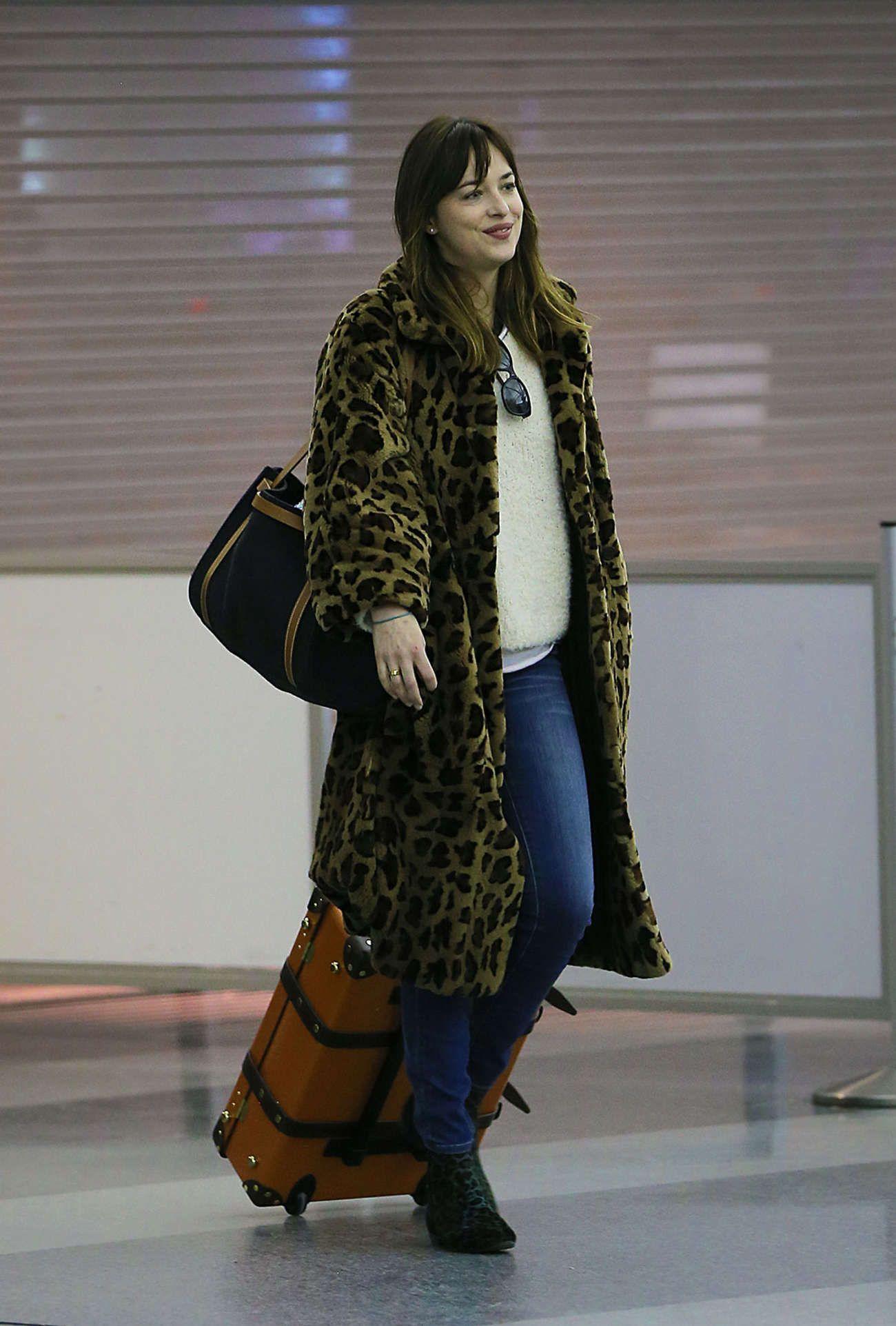 Dakota-Johnson-in-Leopard-Print-Coat-at-JFK--06.jpg (1300×1923)