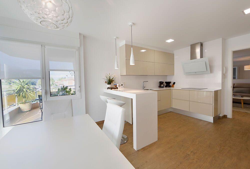 cocina con un armario desayuno abierto - Buscar con Google | cocinas ...